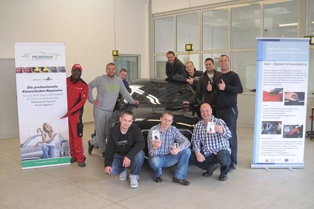 """Lehrgangsteilnehmer im Modul I der Fortbildung zur """"Fachkraft für innovative Fahrzeugaufbereitung (HWK)"""