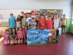 Schulklasse bekommt von MOTIP DUPLI gesprühtes Bild für Klassenzimmer